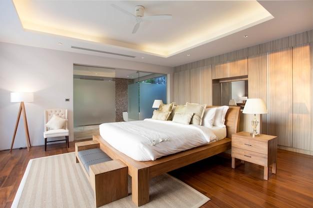 Design d'intérieur de luxe dans la chambre de la villa de la piscine