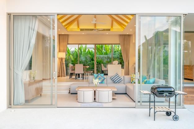 Design intérieur de luxe dans le salon des villas avec piscine.