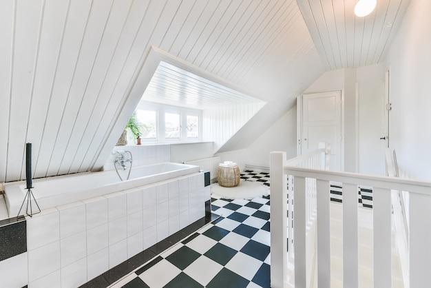 Design d'intérieur de luxe d'une salle de bain avec des murs en marbre