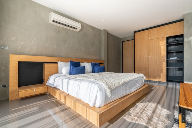 Design d'intérieur de luxe véritable dans la chambre à coucher avec espace lumineux et lumineux dans la maison ou à la maison