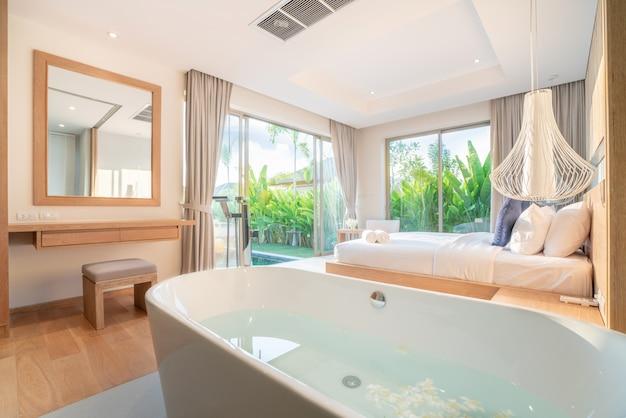 Design intérieur de luxe véritable dans la chambre de la villa avec piscine et très grand lit king-size avec plafond haut surélevé