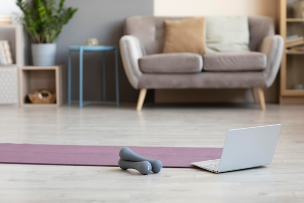 Design d'intérieur minimaliste avec tapis de yoga sur le sol