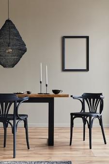 Design d'intérieur rustique de salle à manger avec table familiale en bois, chandelier, chaise rétro, tasse de café, décoration, cadre photo et accessoires personnels élégants. mur beige..