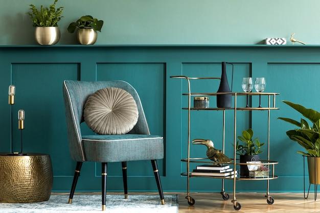 Design d'intérieur d'un salon de luxe avec fauteuil élégant, armoire à liqueur en or, beaucoup de plantes et accessoires personnels élégants. lambris vert avec étagère. décoration d'intérieur moderne..