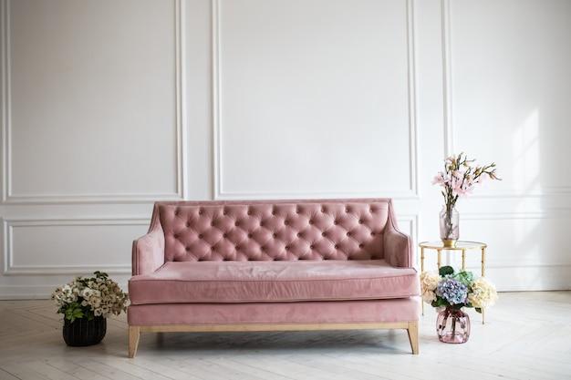 Design d'intérieur de salon riche de luxe avec des meubles classiques élégants et des décorations murales. grande chambre blanche claire avec grande fenêtre
