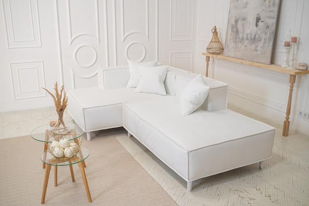 Design d'intérieur de salon en vintage avec canapé et table