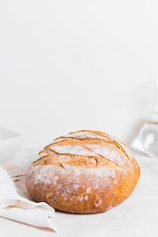 Design minimaliste avec pain rond cuit au four