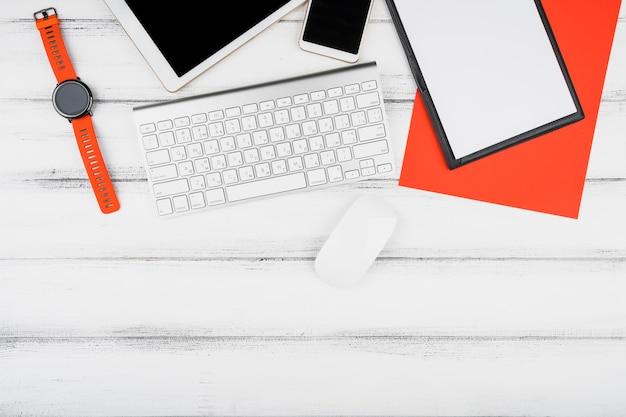 Design minimaliste avec des périphériques de bureau