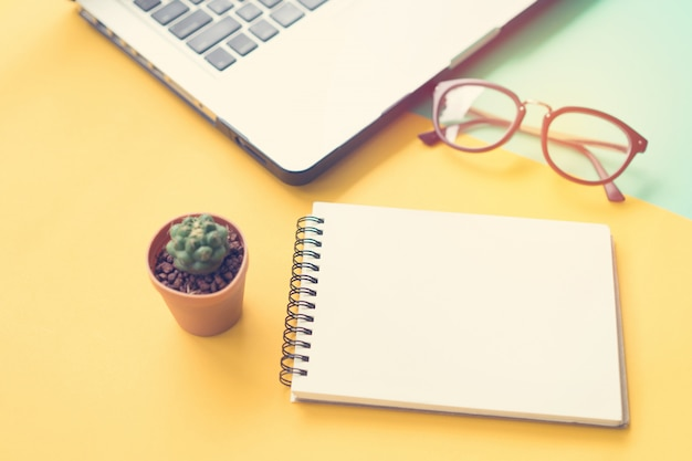 Design plat et plat de bureau avec ordinateur portable