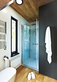 Design de salle de bain moderne avec carrelage en bois