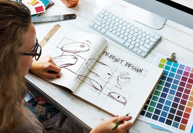 Designer avec carnet de croquis