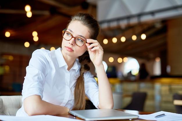 Designer créatif travaillant au café