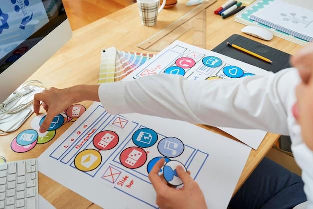 Designer créatif travaillant sur un projet de site web