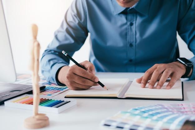 Designer dessine quelque chose.