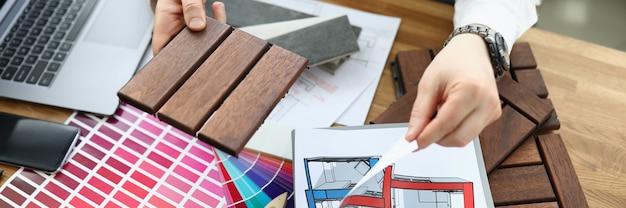 Designer avec des échantillons de matériaux à la table de travail