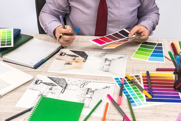 Designer élégant choisissant la couleur pour peindre les murs la décoration de votre appartement de rêve