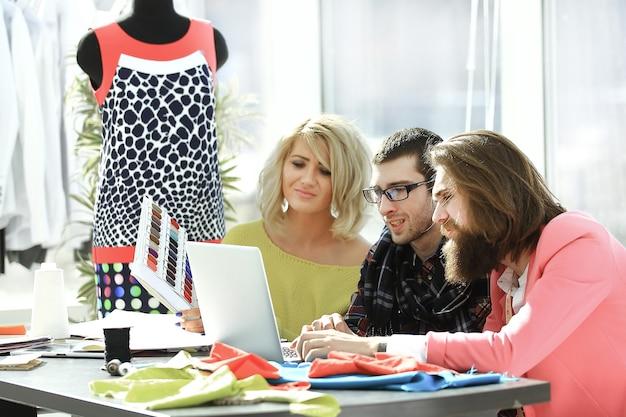 Designer élégant et collègues dans l'atelier de création.