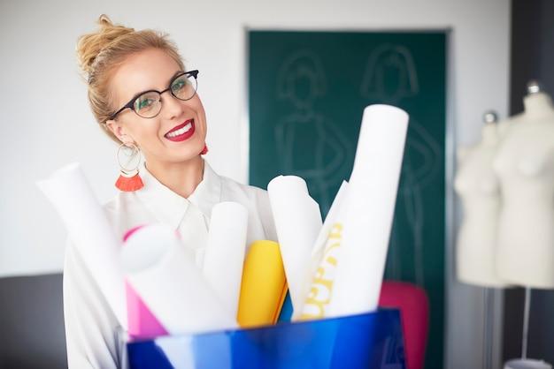 Designer féminin dans la salle d'exposition
