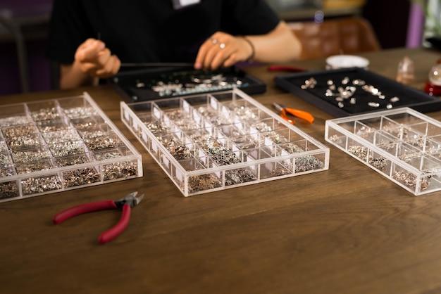 Designer féminin faisant des bijoux dans une bijouterie