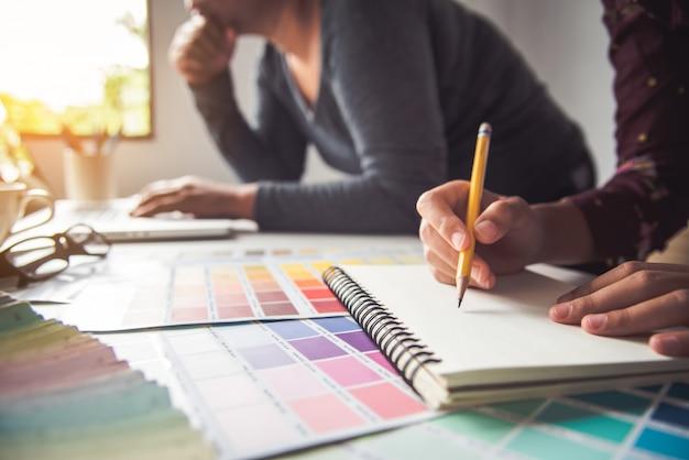 Designer graphique créatif, créativité femme travaillant sur ordinateur portable et conception de style d'idées de couleur à colorier