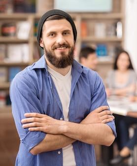 Designer habillé décontracté à la recherche et souriant.