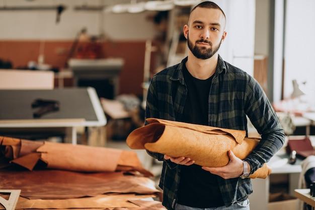 Designer masculin et tailleur en cuir travaillant dans une usine