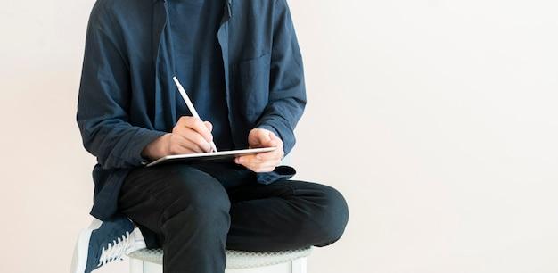 Un designer numérique faisant l'illustration sur la tablette avec un stylet