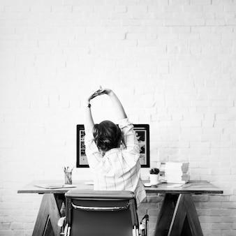 Designer travaillant depuis chez elle