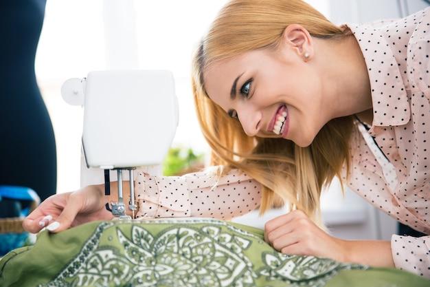 Designer travaillant sur la machine à coudre