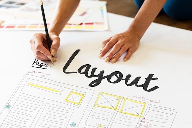 Designer travaillant sur une mise en page