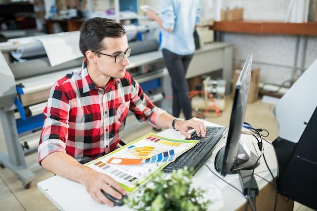 Designer travaillant sur ordinateur au bureau