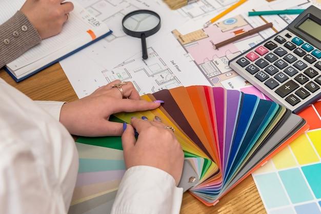 Designer travaillant avec une palette de couleurs au bureau