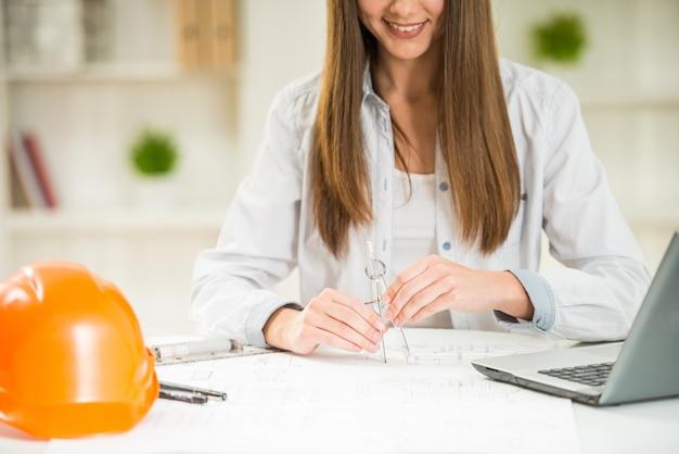 Designer travaillant avec un plan architectural avec boussole.