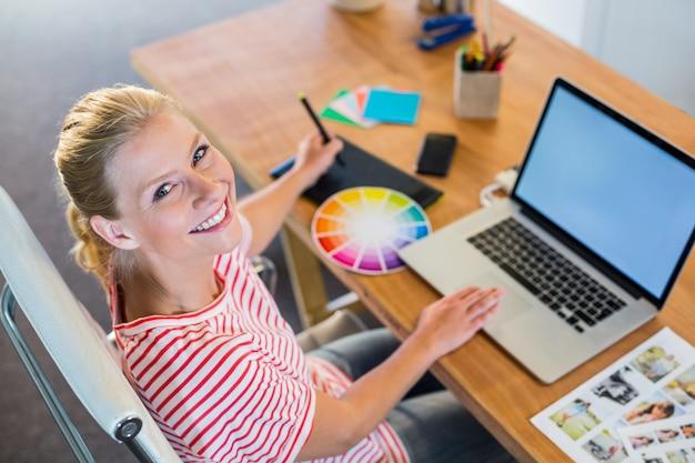 Designer travaillant avec roue de couleur et numériseur