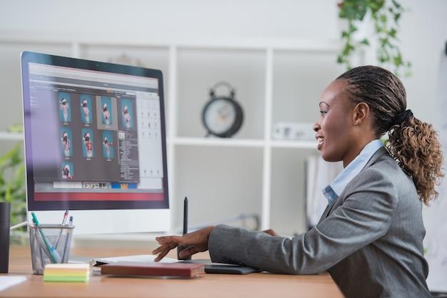 Designer travaillant avec tablette graphique et ordinateur