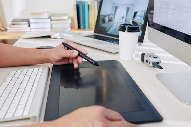 Designer utilisant une tablette graphique