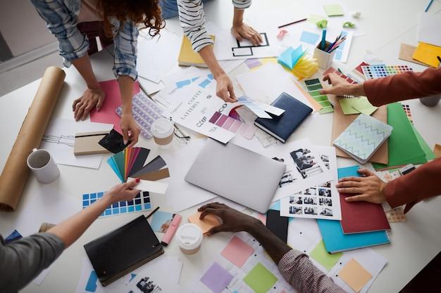 Designers créatifs discutant de la production sur table
