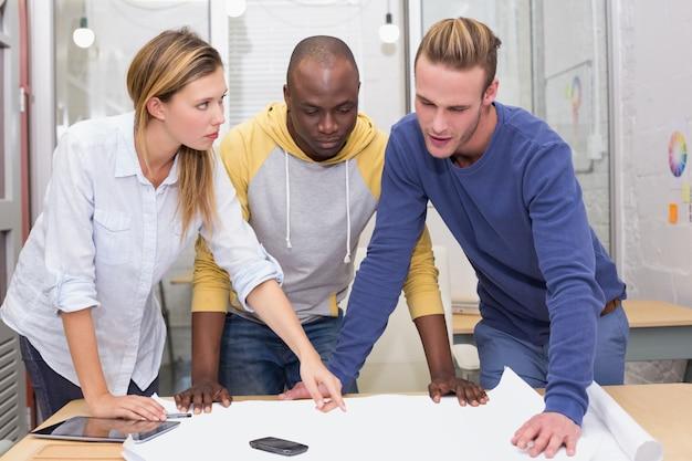 Les designers d'intérieur en regardant blueprint