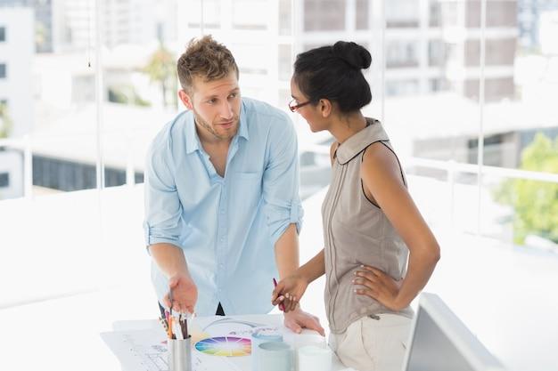 Les designers d'intérieur en regardant la roue de couleur et de parler