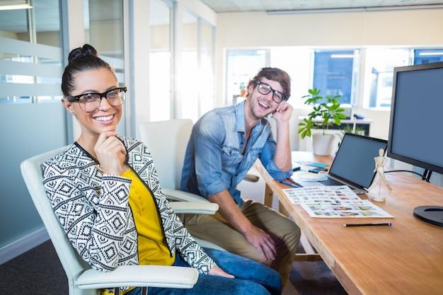 Des designers professionnels travaillant sur des photos