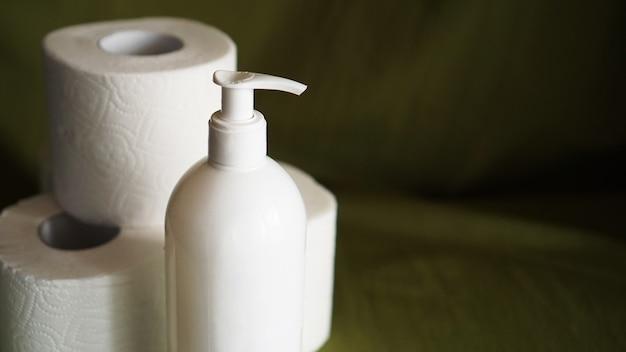 Désinfectant pour les mains, contre le coronavirus. papier toilette. coronavirus et propreté.