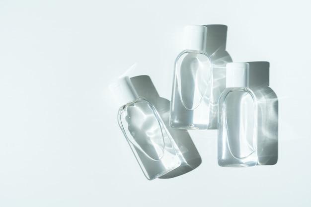Désinfectants antibactériens pour les mains sur fond blanc. produit d'hygiène personnelle.
