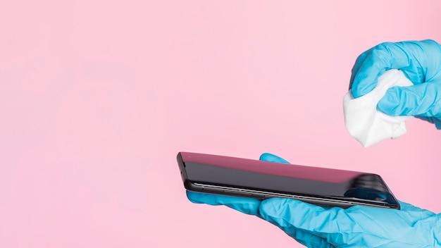 Désinfection du smartphone à l'aide de gants chirurgicaux