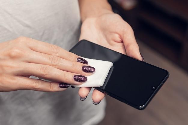 Désinfection de l'écran du téléphone. prévention contre les bactéries et les virus