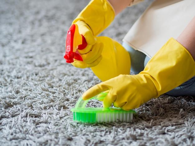 Désinfection en gros plan avec des produits de nettoyage