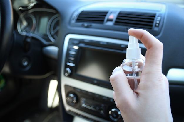 Désinfection de l'intérieur de la voiture contre les bactéries et divers ravageurs.
