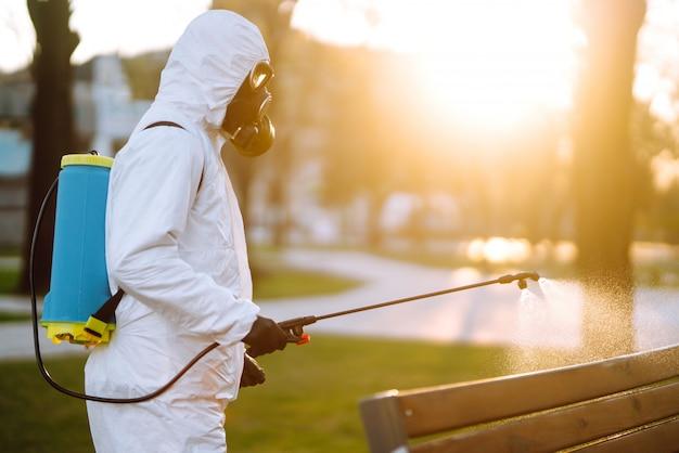 Désinfection d'un lieu public à l'aube dans la ville de quarantaine. prévention des infections et contrôle des épidémies. covid 19.
