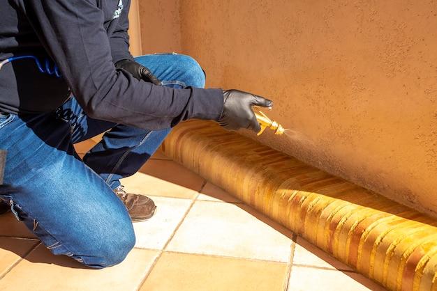 Désinfection professionnelle des coins d'une maison pour la prévention des bactéries, virus. à travers les coins de la structure de la maison.