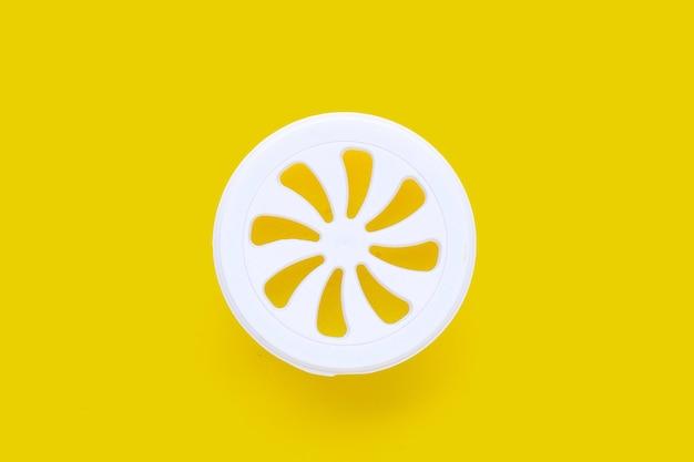 Désodorisant sur fond jaune.