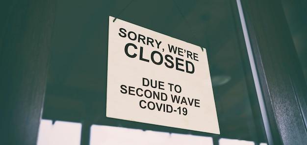Désolé, nous sommes fermés en raison de la deuxième vague de covid19 accrochée à la porte du café